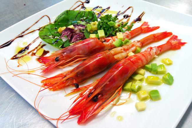 Ensalada de langostinos, aguacate y cítricos